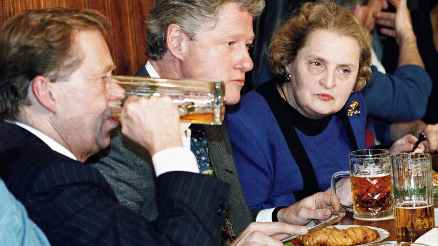 Video Clinton zahrál na saxofon a povečeřel s Hrabalem
