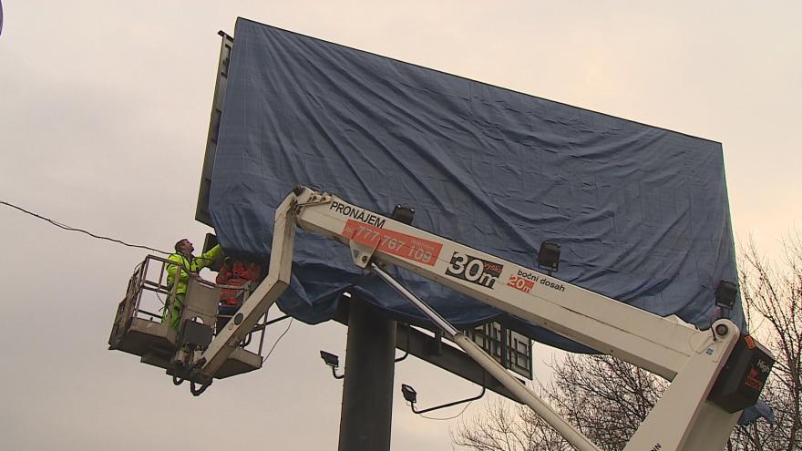 Video Nelegální billboardy před odstraněním silničáři přikrývají