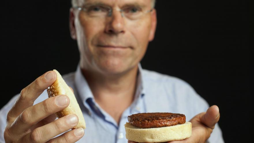 Video Mark Posta a umělé hamburgery