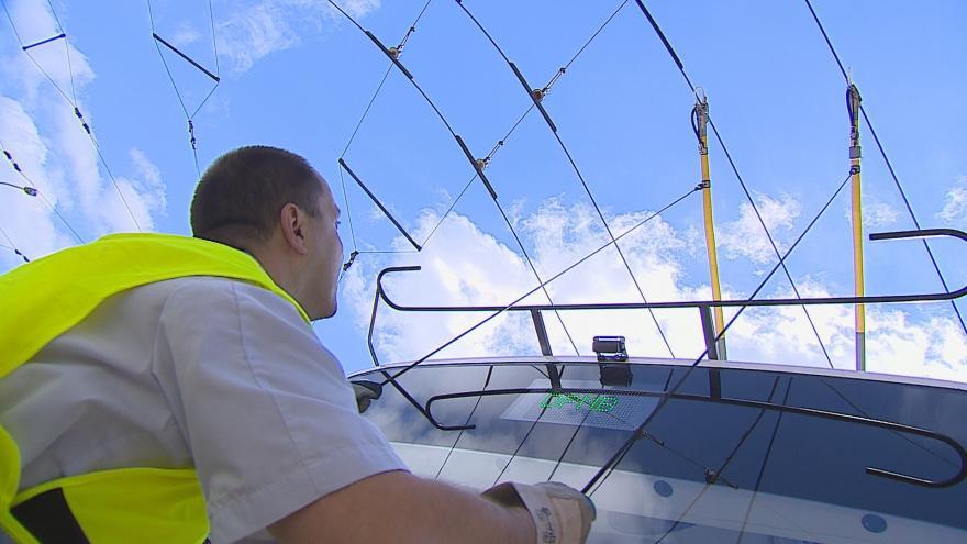 Video Do vozu přivádí elektrický proud dva tyčové sběrače z trolejového vedení