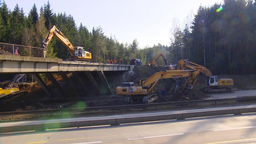 Video Události: Na D1 začala uzavírka kvůli demolici nadjezdů