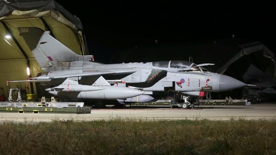 Video Na Sýrii zaútočily i čtyři britské stíhací letouny typu Tornado