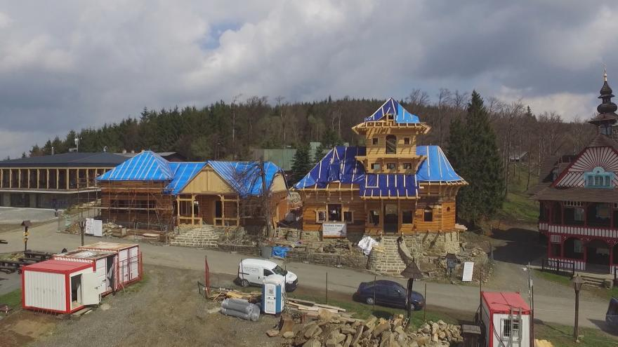 Video Na místě vyhořelého Libušína už stojí nová hrubá stavba