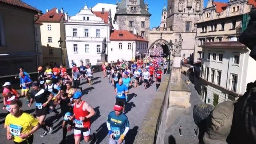Video iReportér Pavel Landa: Maratonci na 3. kilometru na Karlově mostě