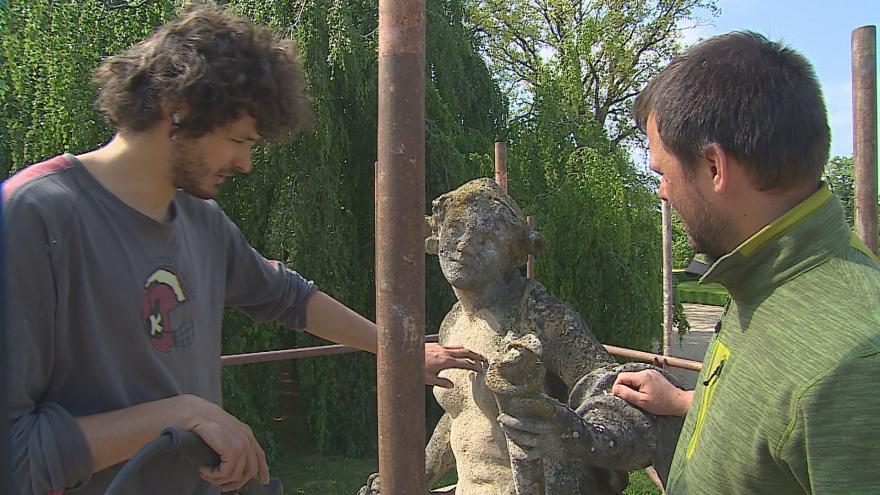 Video Restaurátoři připravují opravy soch v zámeckém parku ve Slavkově