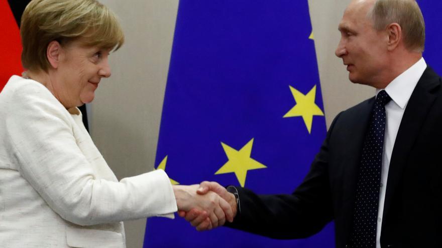 Video Tisková konference Vladimira Putina a Angely Merkelové v Soči