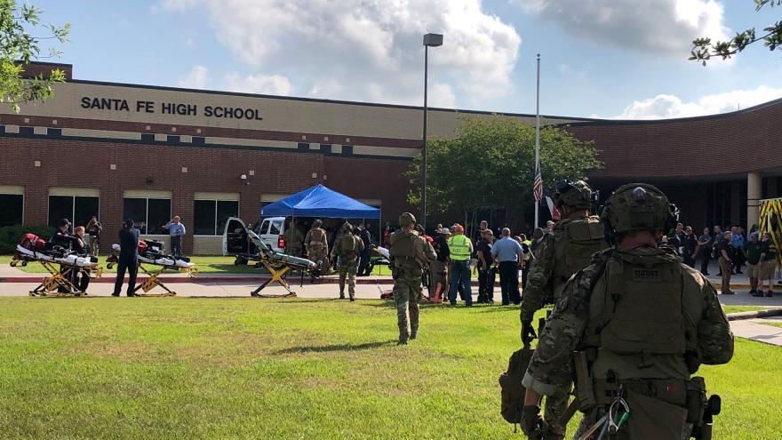 Video Události ČT: Policie vyšetřuje střelbu na škole v Santa Fe, při níž zemřelo 10 lidí