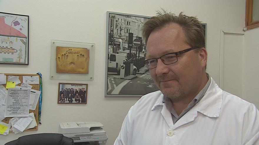 Video Přednosta I. ortopedické kliniky FNUSA Tomáš Tomáš popisuje operaci
