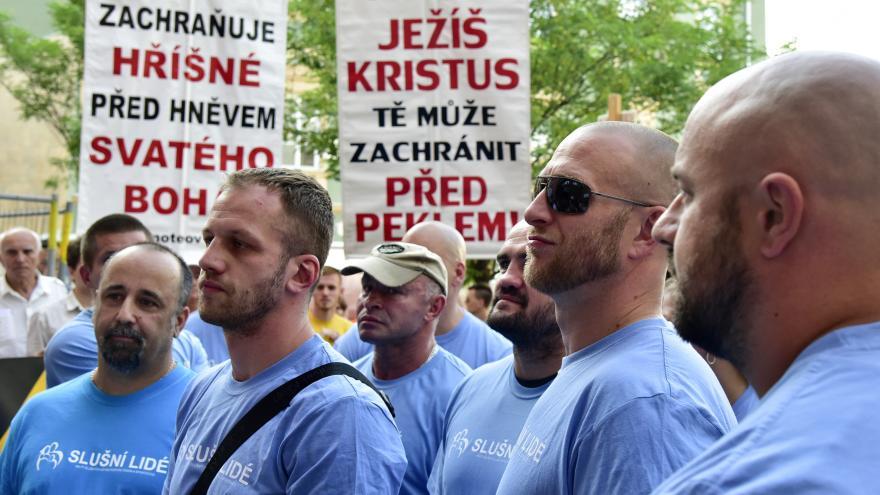 Video Odpůrci inscenace vtrhli v Brně na jeviště