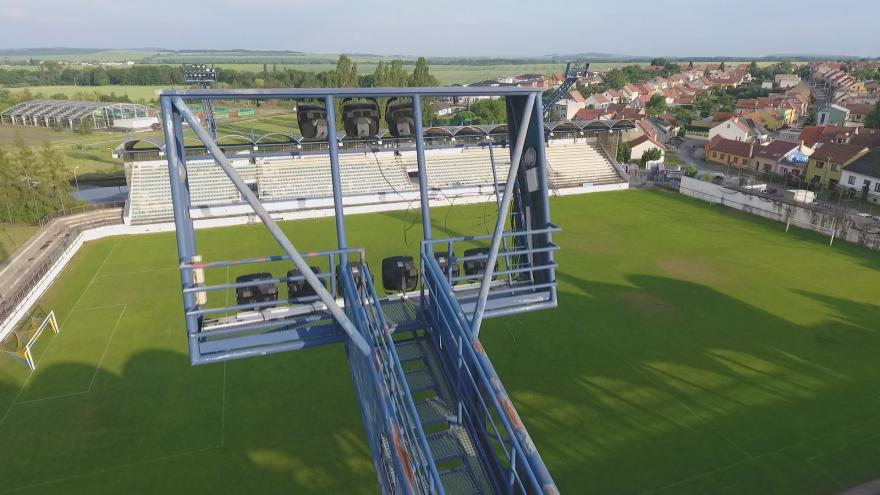 Video V Drnovicích začala obec svépomocí opravovat fotbalový stadion