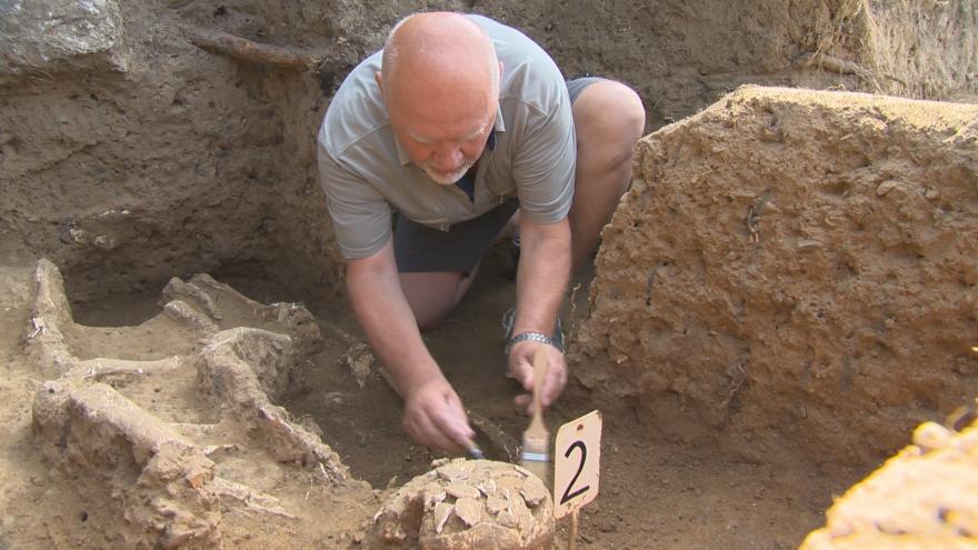 Video Archeologové zkoumají neobvyklé hroby z 9. století