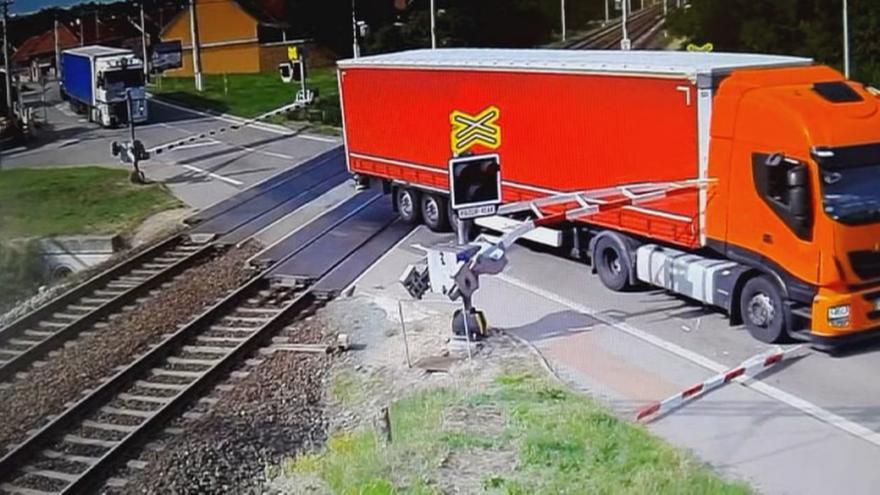 Video Řidič kamionu prorazil závoru na přejezdu