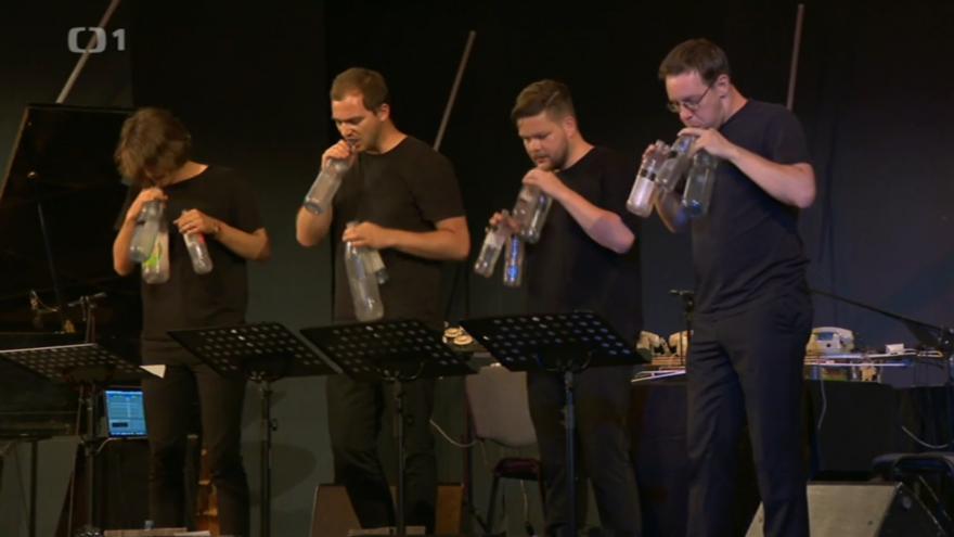 Video Hudebníci vytvářeli melodie pomocí plastových lahví