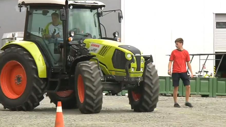 Video Zemědělští učni soutěžili v jízdě na traktoru