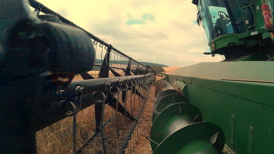 Video Jiskry ze zemědělských strojů způsobují požáry na polích