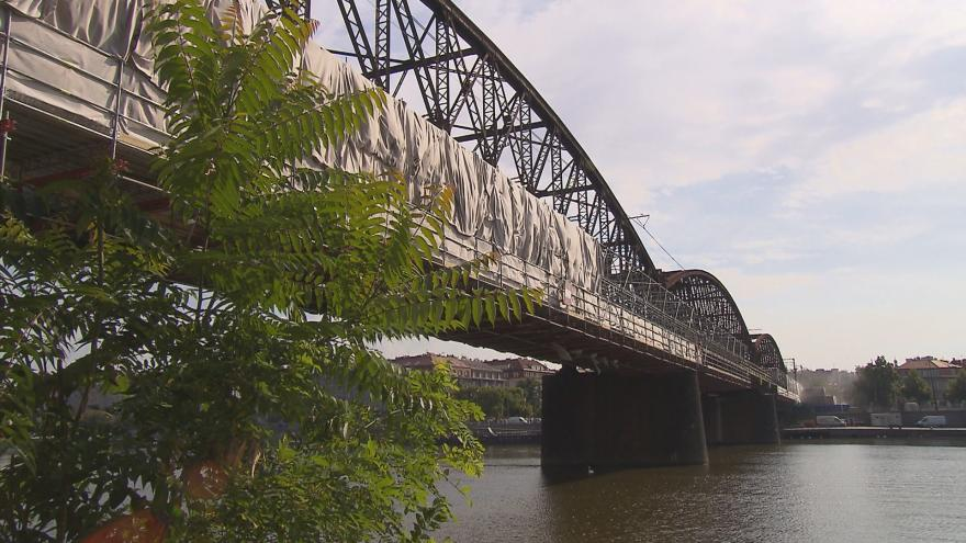 Video VIDEO: Projděte si s námi rekonstrukci lávky u železničního mostu pod Vyšehradem