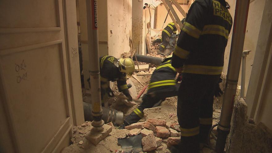 Video Vyšetřování pádu části domu v Mikulandské ulici