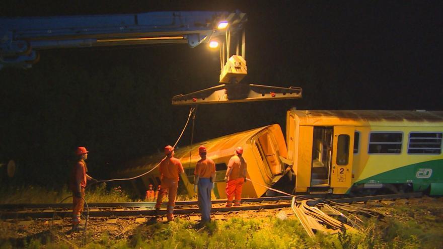 Video Smrkovice: hasiči v noci vyprošťovali vykolejený vlak