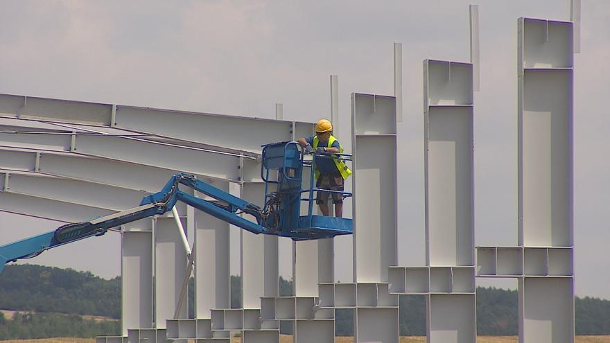 Video Průmyslová hala v Kloboučkách zatím vzniká bez stavebního povolení