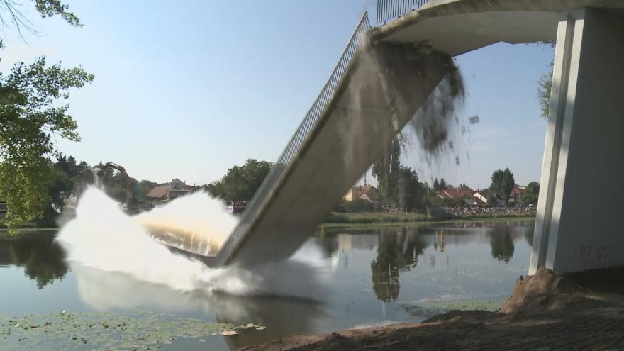 Video Zbourání lávky v Nymburce