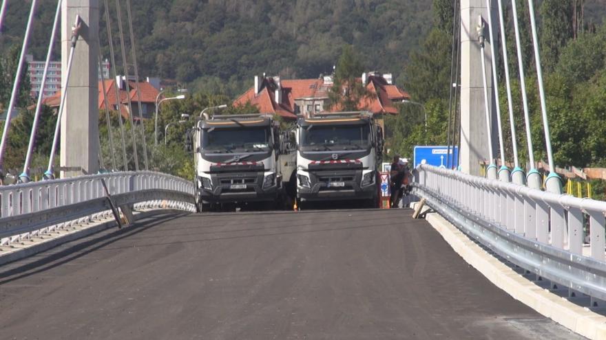 Video Náklaďáky testují nový lanový most za sto milionů