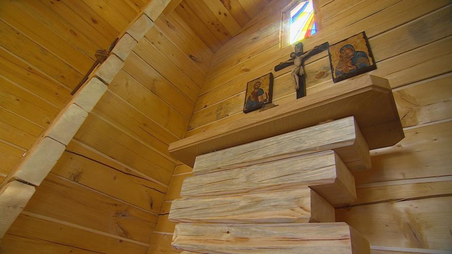 Video V Krasové stojí kaple z borovicového dřeva ze Sibiře