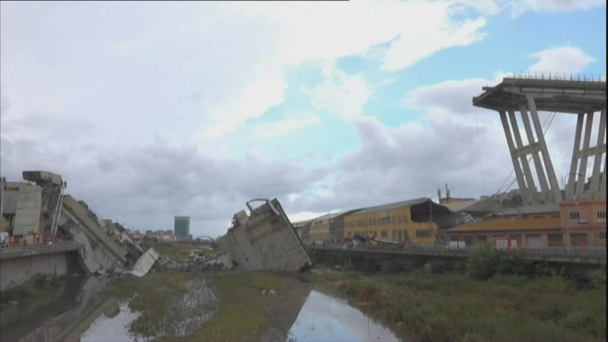 Video Na zříceném mostě v Janově byl český kamion, řidič přežil