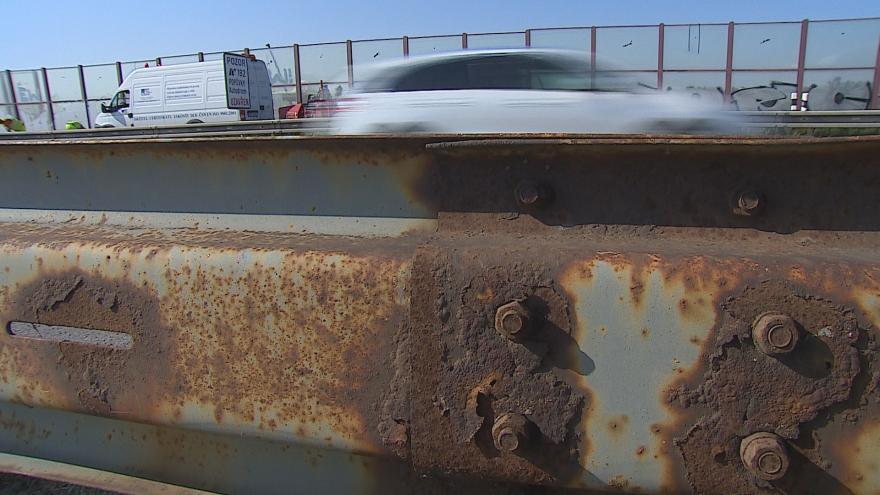 Video Poškozená svodidla na dálnicích ohrožují řidiče