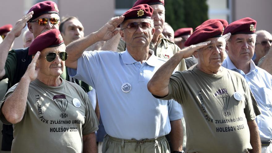 Video Výsadkáři se 50 let po okupaci setkali v Holešově