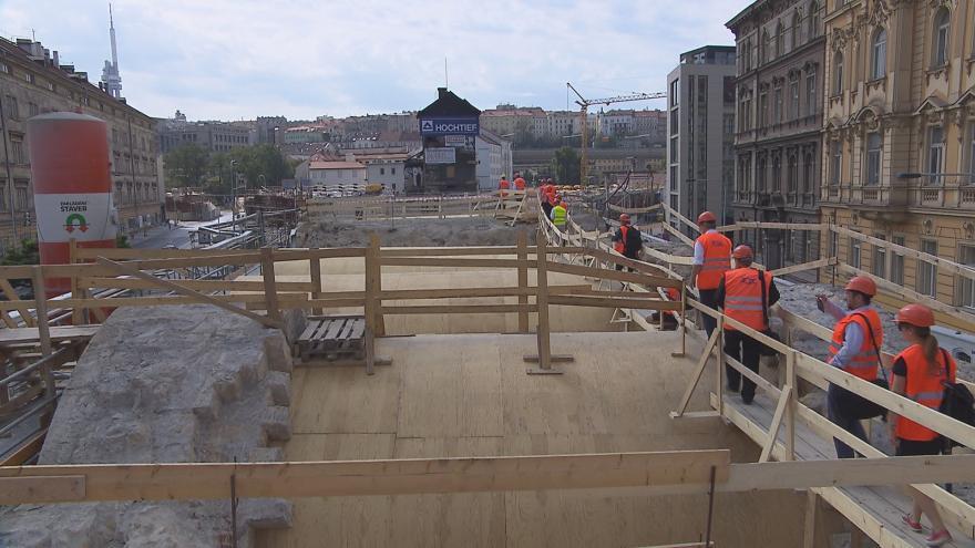 Video Jak pokračuje rekonstrukce? Projděte se s námi po Negrelliho viaduktu