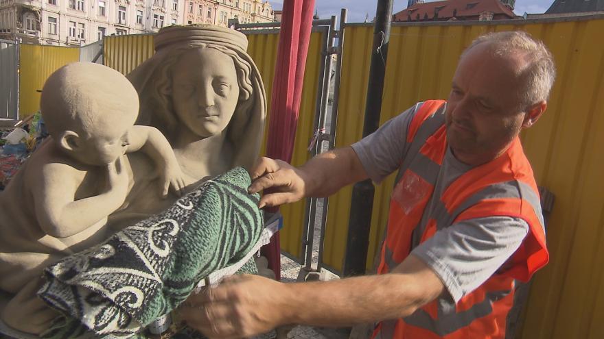 Video Rekonstrukce Staroměstské radnice finišuje: dělníci instalovali zpět sochu madony