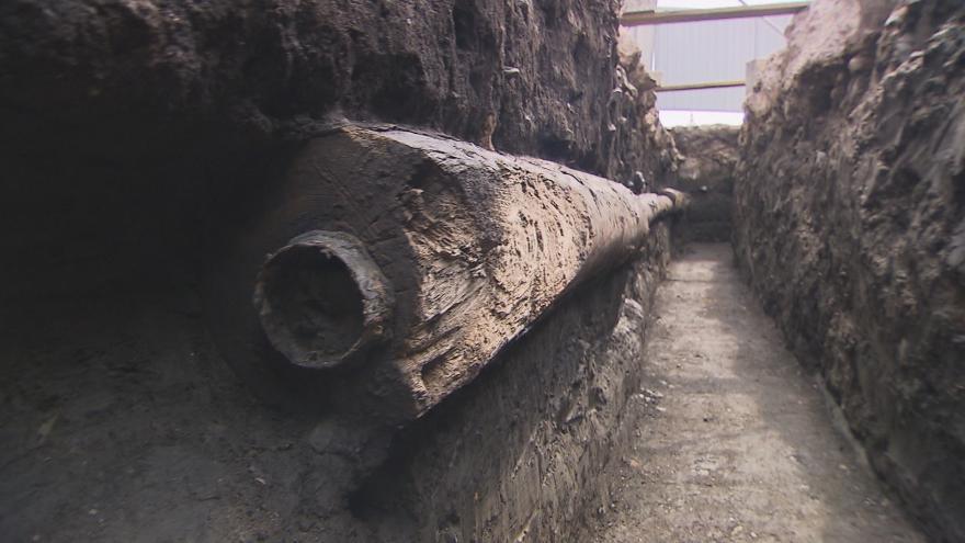 Video Archeologové odkryli na Václavském náměstí dřevěné potrubí z 18. století