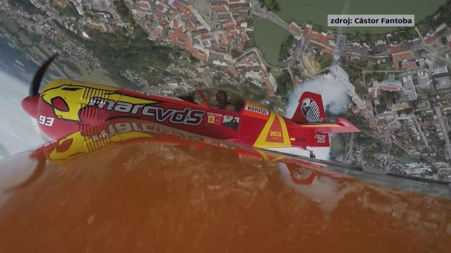 Video Let španělského akrobatického pilota Cástora Fantoby