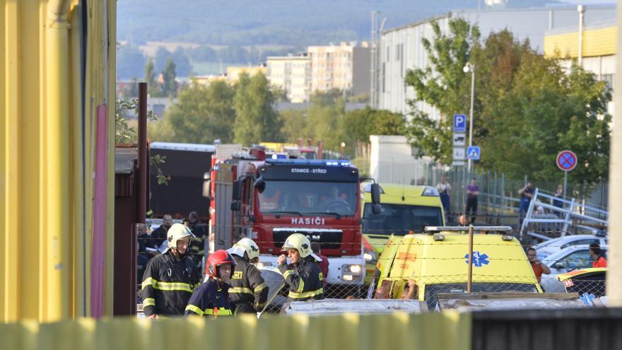 Video Události ČT: V Plzni spadl vrtulník na výrobní halu, na místě zemřeli čtyři lidé