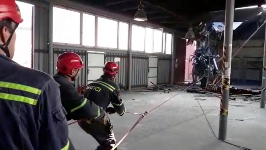 Video Hasiči stáhli trosky vrtulníku ze střechy haly