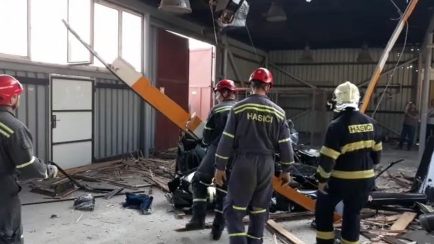 Video Hasiči vyprošťují trosky vrtulníku