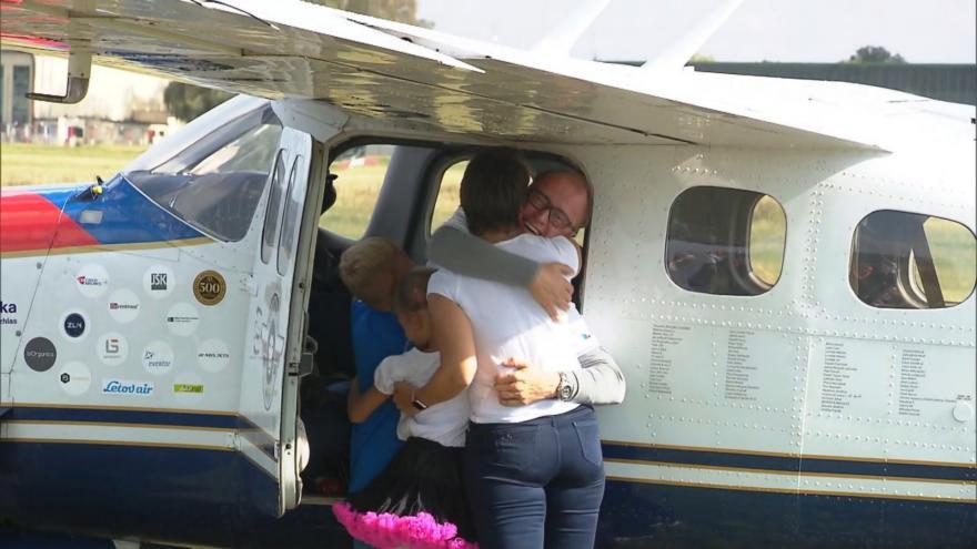 Video Přistání aviatika Romana Kramaříka po cestě kolem světa