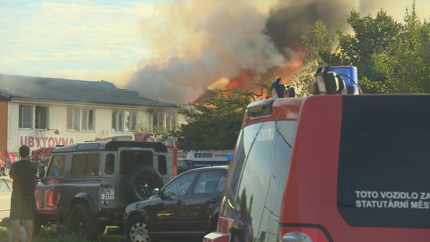 Video Hasiči likvidují hořící ubytovnu v Plzni