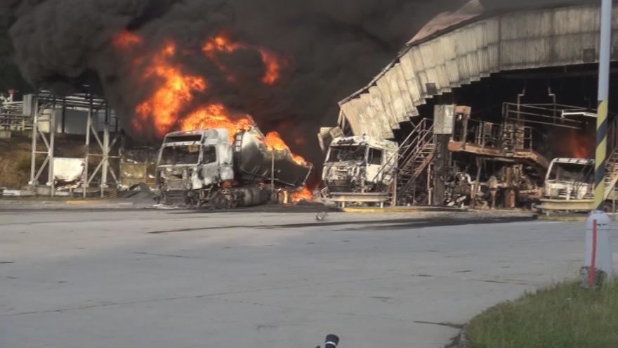 Video Bezpečnostní kamery zachytily zblízka požár pohonných hmot v Loukově