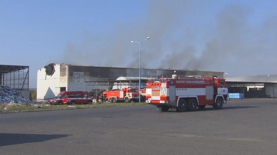 Video Dohašování požáru v hale firmy Celio v Litvínově