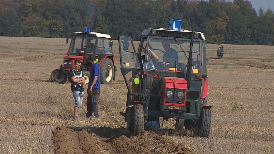 Video  Za volantem traktoru soutěžili studenti o nejlepší brázdu
