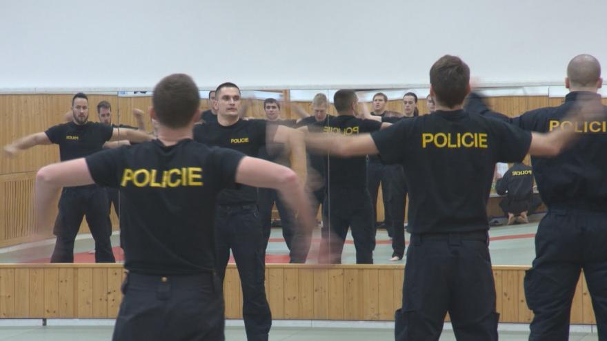 Video Policii chybí lidé, hasiči mají plné stavy