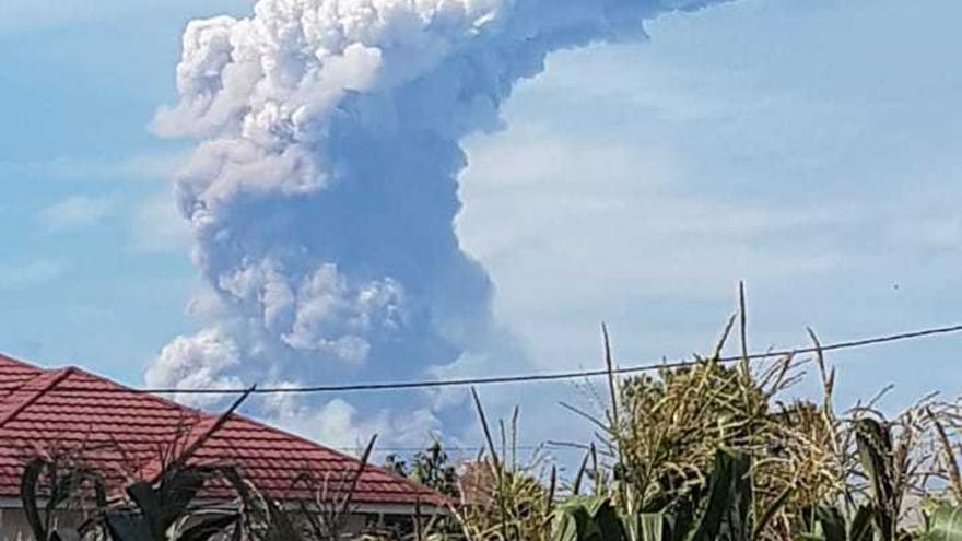 Video Probouzející se sopka Soputan na indonéském ostrově Sulawesi