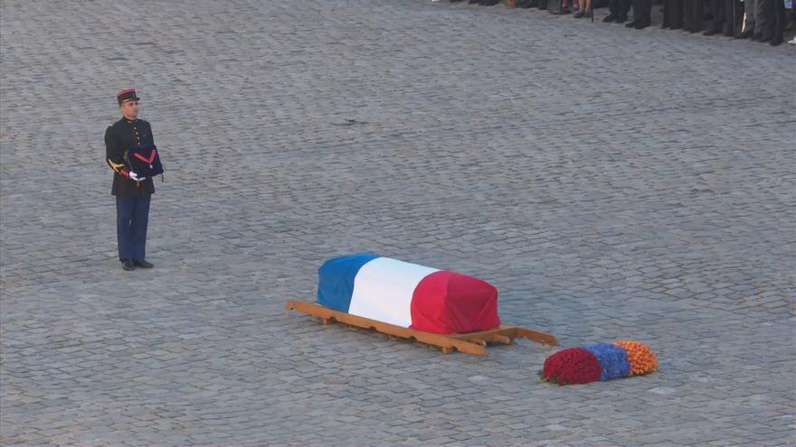 Video Francie se oficiálně loučila s Charlesem Aznavourem