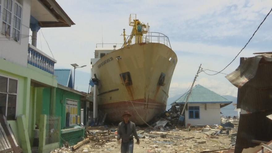 Video Vlna tsunami vrhla loď na pobřeží přímo do vesnice, posádka čeká na palubě na pokyny