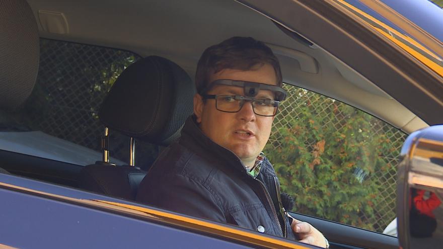 Video Řidič má při ovládání auta speciální brýle s kamerami