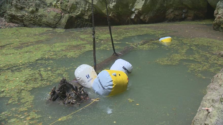 Video Hranická propast je opět volná, potápěči vytáhli strom z hloubky 35 metrů