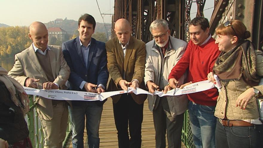 Video Praha otevřela lávku pro pěší u železničního mostu na Výtoni, ale jen z jedné strany