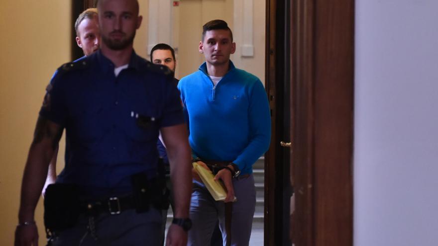 Video Radim Žondra dorazil k soudu s policejní eskortou