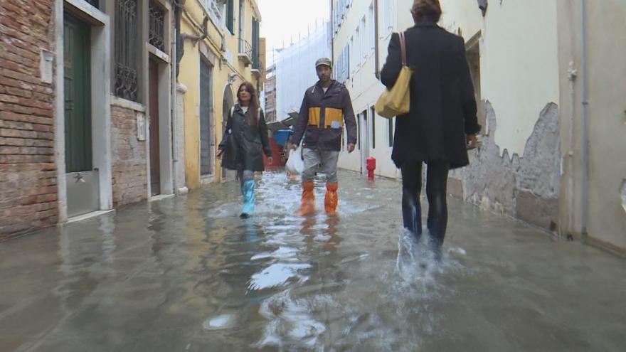 Video Zima přichází do Evropy - sníh hlásí i Španělsko, Benátky jsou pod vodou